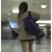 歩ってて見えちゃってますw制服激ミニルーズギャル【動画】SPY 01と04セット販売