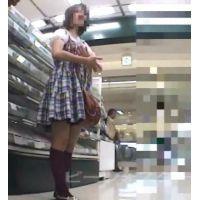 エロ尻に興奮!エスカレーター私服姿で店内をブラブラ【パンチラ動画】PF06
