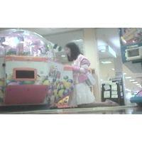 ゲームセンターで遊ぶ幼い女の子脚を思いっきり開いてくれました【パンチラ動画】花色木綿 09と15セット販売