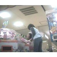 ゲームセンターで遊ぶ幼い女の子脚を思いっきり開いてくれました【パンチラ動画】花色木綿 01と09セット販売