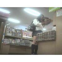 激ミニ学生立ち読み中を逆さ撮り【パンチラ動画】花色木綿 07