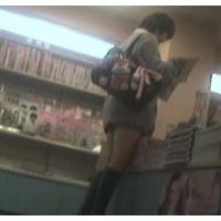 書店をブラブラする激ミニ女の子雑誌を立ち読み中を頂きます【パンチラ動画】花色木綿 14と02〜08セット販売