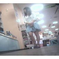 立ち読み中を逆さ撮り私服姿の女の子【パンチラ動画】花色木綿 16