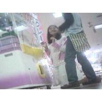 ゲームセンターで遊ぶ幼い女の子脚を思いっきり開いてくれました【パンチラ動画】花色木綿 09と14セット販売