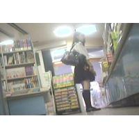 学生を逆さ撮り書店で本を読んでいる所を【パンチラ動画】花色木綿 08