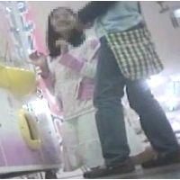 ゲームセンターで遊ぶ女の子脚を思いっきり開いてくれました【パンチラ動画】花色木綿 09〜11と01〜03セット販売