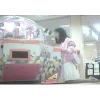 ゲームセンターで遊ぶ幼い女の子脚を思いっきり開いてくれました【パンチラ動画】花色木綿 09と03セット販売