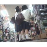 制服姿の女の子2人組がお買い物【パンチラ動画】花色木綿 17