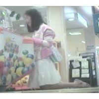 ゲームセンターで遊ぶ女の子脚を思いっきり開いてくれました【パンチラ動画】花色木綿 06〜15セット販売