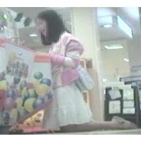 ゲームセンターで遊ぶ女の子脚を思いっきり開いてくれました【パンチラ動画】花色木綿 07〜09と02〜04セット販売