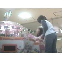 ゲームセンターで遊ぶ幼い女の子脚を思いっきり開いてくれました【パンチラ動画】花色木綿 09と08セット販売