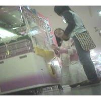 ゲームセンターで遊ぶ女の子脚を思いっきり開いてくれました【パンチラ動画】花色木綿 03〜12セット販売