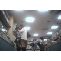 派手なパンチュ!女の子2人組雑誌を立ち読み中を【パンチラ動画】花色木綿 12と06〜08セット販売