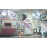 ゲームセンターで遊ぶ女の子脚を思いっきり開いてくれました【パンチラ動画】花色木綿 09