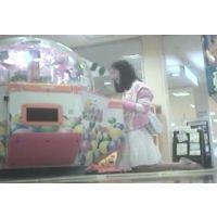 ゲームセンターで遊ぶ女の子脚を思いっきり開いてくれました【パンチラ動画】花色木綿 06〜09と01〜04セット販売