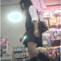 Tバック?食い込んでる?派手なパンチュを履いた女の子【パンチラ動画】花色木綿 01