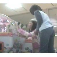 ゲームセンターで遊ぶ女の子脚を思いっきり開いてくれました【パンチラ動画】花色木綿 08〜10と03〜05セット販売