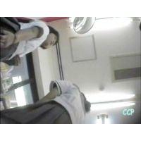 友達と一緒にいる制服姿の女の子を逆さ撮り【動画】CCP 015