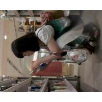 お買い物中の黒髪女子を逆さ撮り白のパンチュ私服姿【高画質動画】06