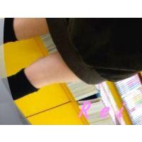 可愛いサンダルと可愛いパンチュ履いてます立ち読み中の幼い女の子を逆さ撮り【パンチラ動画】Rei 02と08セット販売