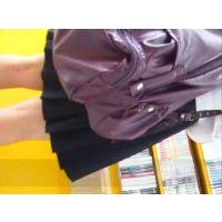 立ち読み中の女の子を逆さ撮り可愛いパンチュ履いてます【パンチラ動画】Rei 01