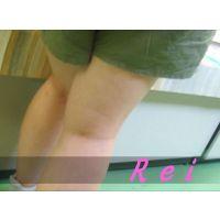 ショートパンツの隙間から頂きますw立ち読み中の私服姿の幼い女の子を逆さ撮り【パンチラ動画】Rei 05と01〜03セット販売
