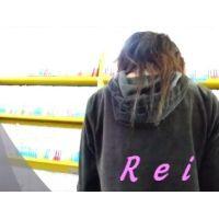 可愛いサンダルと可愛いパンチュ履いてます立ち読み中の幼い女の子を逆さ撮り【パンチラ動画】Rei 02と06〜08セット販売