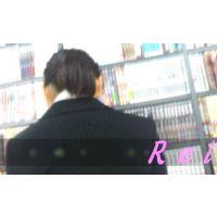 立ち読みしてる就職活動中?の女子大生を逆さ撮り【パンチラ動画】Rei 04