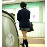 黒髪ショートの紺ハイ激ミニ女の子エスカレーター逆さ撮り【動画】004