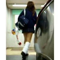 茶髪ロングのギャル2人組ルーズ激ミニ女の子エスカレーター逆さ撮り【動画】005