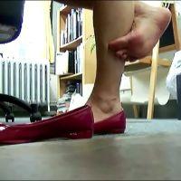 【HD動画】休出中の女の子の赤パンプス脱ぎ