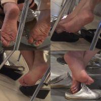 【フルHD動画】椅子の下のいろいろな靴脱ぎ4シーン