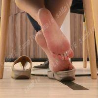 【フルHD動画】椅子の下に見えるサンダル脱ぎの足の裏