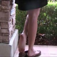 【HD動画】柱にもたれてパンプス脱ぎする女の子