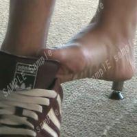 【HD動画】勉強中の女子大生の靴脱ぎとふれあう素足