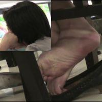 【HD動画】ランチ中OLの靴脱ぎ11