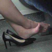 【フルHD動画】電車内ボックス席のパンプス脱ぎ2