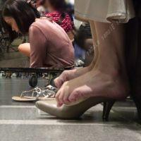 【フルHD動画】パンプスを脱いだ自分の足を見つめる女子