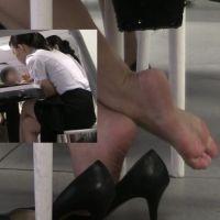 【HD動画】ランチ中OLの靴脱ぎ9