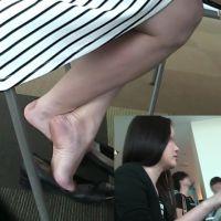 【HD動画】テーブルの下で大胆にパンプスを脱ぐOL4