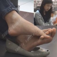 【HD動画】素足を脱いだパンプスに乗せる女の子