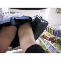 SE○YUで買い物中の可愛い制服JKがいたので、スカートの中を覗いたった・・ピチピチの生足にフル勃起・・