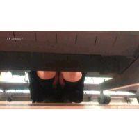 【対面撮り】しゃがんでるJKのスカートの中が丸見え【TSUT○YAの棚下】<iPhoneスマホ対応>