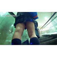 新○駅のエスカレーターで前に超ミニの制服JKがいたので下から覗いたら、ムチムチのケツにパンティーが食い込んでいて勃起した・・・