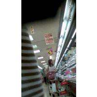 【逆さ撮り】スーパーで買い物をしていたエロそうな若妻がいたのでスカートの中を覗いたら、ノーパンで生マ○コが丸見えでビンビンに勃起