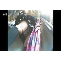 【逆さ撮り】総○線で前に清楚なエロ足の制服JKが立っていたのでスカートの中をずっと覗いていた! - その2【電車内】<iPhon