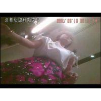 【逆さ撮り】新宿ル○ネに篠田麻○子似の可愛いショップ店員がいたのでスカートの中を覗いたら、生のムレムレ白パンティーが足を広げて丸