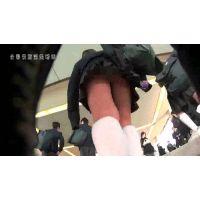 【逆さ撮り】池○駅の階段で前を歩いていた清楚系制服JKのスカートの中、白ソックスと小さい白パンティーに勃起した!<iPhoneス