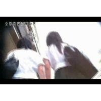 【逆さ撮り】JK2人の制服ミニの中【池袋】<iPhoneスマホ対応>