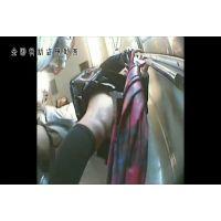 【逆さ撮り】総○線で前に清楚なエロ足の制服JKが立っていたのでスカートの中をずっと覗いていた! - その1<iPhoneスマホ対